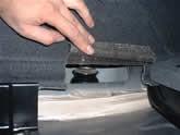 トランク側からアッパーマウントの取り付けナットを外します
